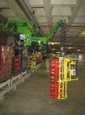 Das teleskopierbare Lastaufnahmemittel erlaubt es bis zu 6 Getränkekisten gleichzeitig ergonomisch zu heben und sicher zu bewegen