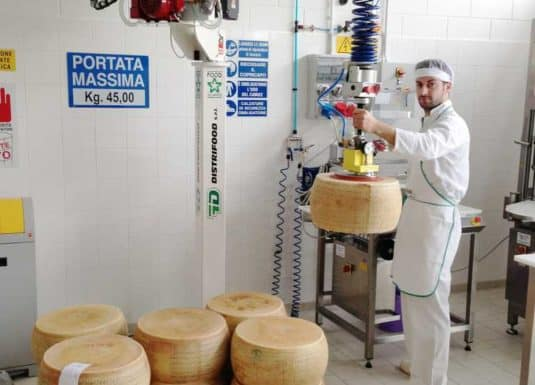 Handhabung von Käselaibern