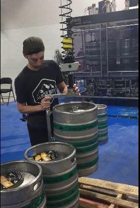 Handhabung von Bierfässern im Schwerelosigkeitsbereich