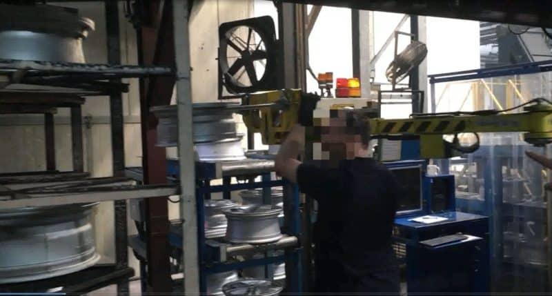 Ein INDEVA®-Linearmanipulator ist die modernste Lösung für die Lagerung von Reifen im Regal.