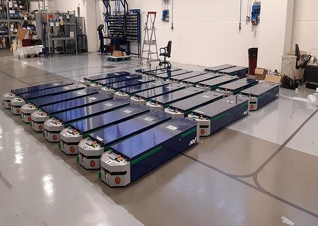 Das ist ein industrielles Automatisierungsprojekt mit 26 Fahrerlose Transportfahrzeuge