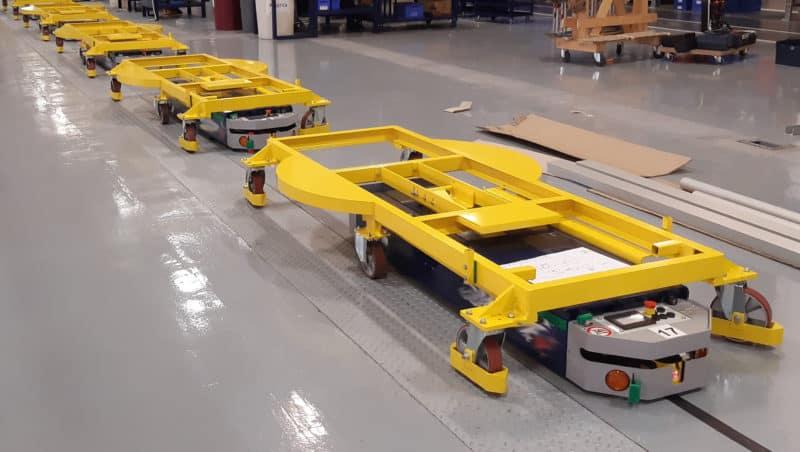 Das FTS kann je nach Art der transportierten Maschine zwischen einer Verpackungsstation oder der anderen wählen.