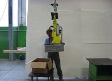 Маниполятор для подбора, подъема, наклона и опрокидывания больших металлических ящиков